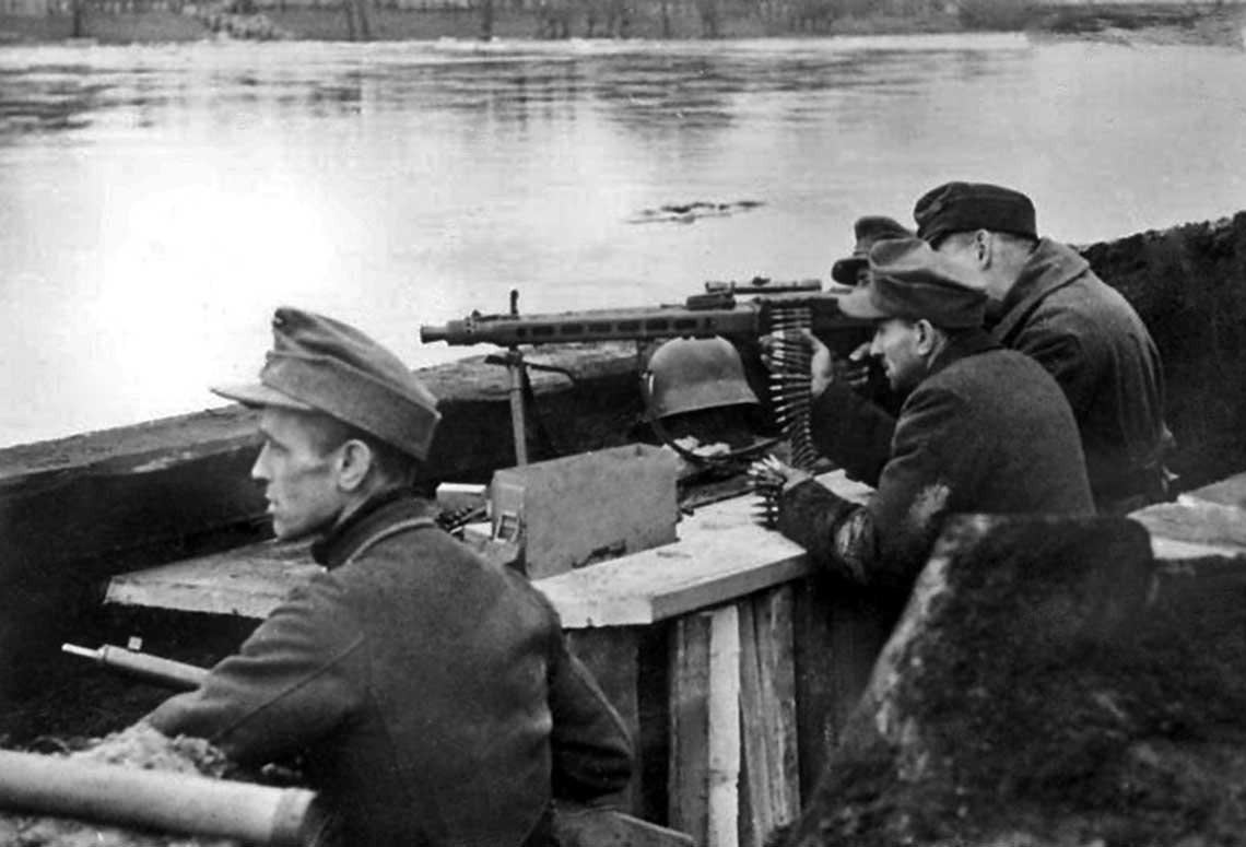 Członkowie Volkssturmu uzbrojeni w karabin maszynowy MG-42 kal. 7,92 mm; 15 lutego 1945 r.