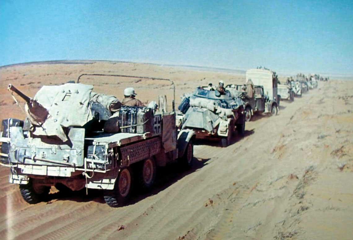 Kolumna typowej grupy bojowej organizowanej przez dowództwo Deutsches Afryka Korps w latach 1941-1942 – elementy batalionu rozpoznawczego wzmocnione 37 mm armatą przeciwpancerną PaK 36 na skrzyni ciężarówki.