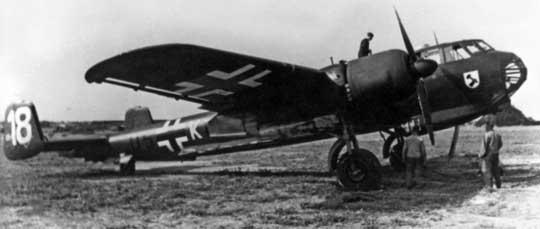 Dornier Do 217 E-1, U5+KL z 3./KG 2. W pierwszym okresie użytkowania nowych samolotów na statecznikach pionowych malowano białe cyfry ułatwiające loty grupowe.