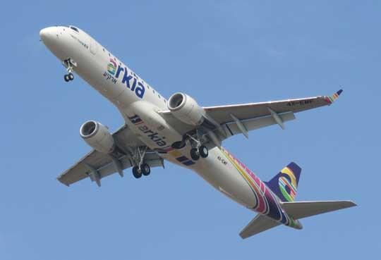 Samoloty E-Jets znajdują się w eksploatacji od 2004 r. i występują we flocie 70 linii lotniczych. Wykonały ponad 18mln rejsów, spędzając w powietrzu 25 mln godzin. Na zdjęciu: Embraer 195AR w barwach linii Arkia Israel Airlines.