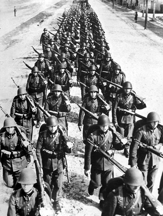 Nieco wyidealizowany obraz Wojska Polskiego: piechota w nowych mundurach maszerująca ze śpiewem na ustach. Odwrót we wrześniu 1939 r. odbywał się w dużo trudniejszych warunkach.