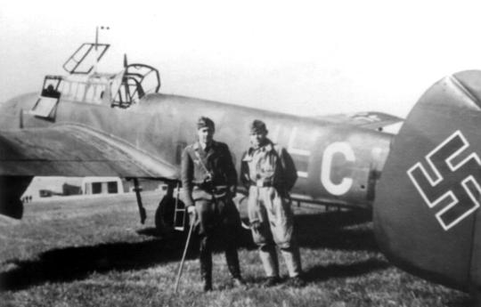 Ten sam samolot (M8+CH) z lewej strony. Załogę Messerschmitta tworzyli pilot Lt. Hans-Ulrich Kettling oraz radiotelegrafista/strzelec karabinu maszynowego Uffz. Fritz Stolper.