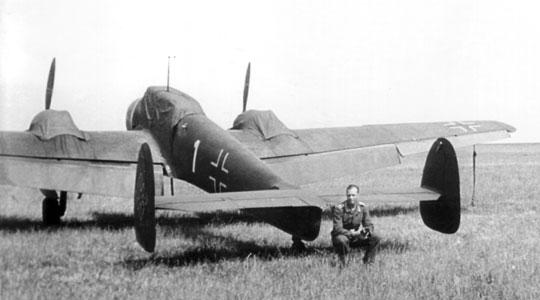 """Bf 110B z niecodziennym oznakowaniem na kadłubie w postaci białej cyfry """"1"""". Fotografia została zrobiona na lotnisku Olmütz (Olomouc)."""