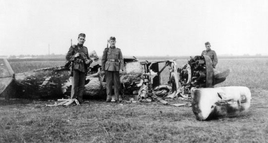 """Szczątki samolotu myśliwskiego PZL-11c """"4"""" zestrzelonego po południu 2 września 1939 r. przez Lt. Lenta. Samolot pilotował ppor. Jan Dzwonek, który zdołał opuścić płonący myśliwiec na spadochronie."""