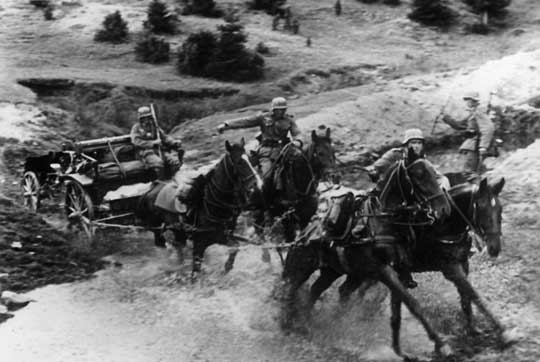 Prawdziwy obraz niemieckiej armii: piechota maszerująca pieszo i artyleria o ciągu konnym, bohatersko szarżująca na wroga.