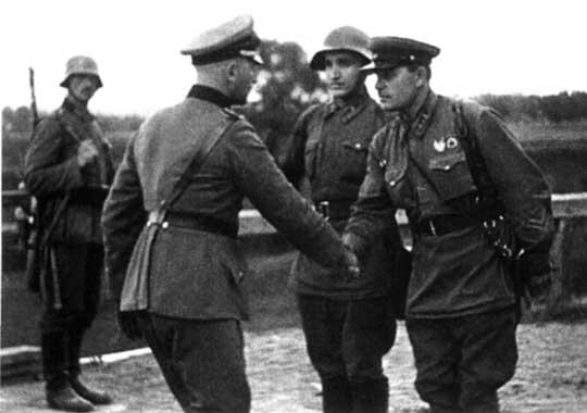 Spotkanie niemiecko-sowieckie w Polsce we wrześniu 1939 r.. Warto zwrócić uwagę na hełmy szeregowych: Rosjanin nosi СШ-36 (Стальной Шлем 1936, czyli hełm stalowy wz. 1936), a Niemiec – Stalhelm M 35 (czyli hełm stalowy wz. 1935).