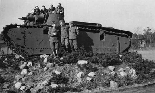 Czołgi ciężkie miały podobny wygląd, ale różniły się konstrukcją transmisji, zawieszenia i układu kierowania. Na górnym zdjęciu prototyp firmy Krupp, na dolnym – Rheinmetall-Borsig.