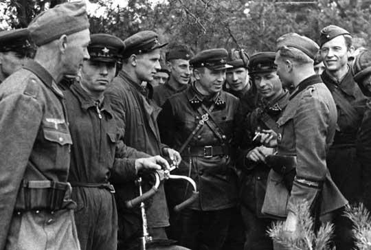 Zadowoleni z powodu zakończenia wojny żołnierze Wehrmachtu i Armii Czerwonej. 20 września 1939 r., gdzieś pomiędzy Brześciem a Kobryniem.
