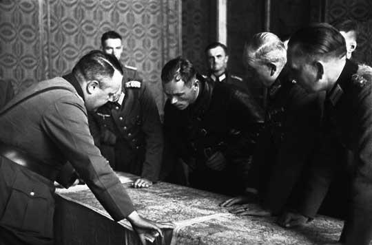 Pochylony nad mapą Heinz Guderian ustala z oficerami Armii Czerwonej linię rozgraniczenia wojsk.