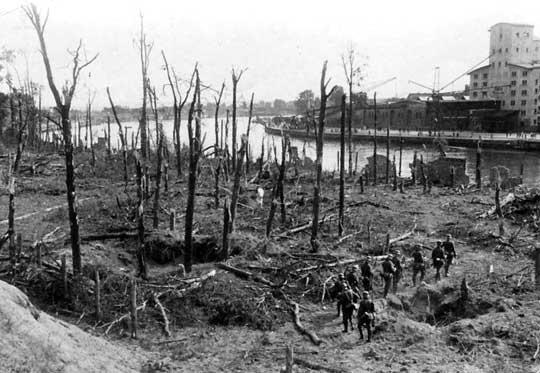 """Tak wyglądało Westerplatte po kapitulacji 7 września 1939 r. Niestety nie można podać daty kapitulacji Kępy Oksywskiej, bo... nie było kapitulacji. Ani nawet szturmu. Jeszcze 17 września 10 000 polskich żołnierzy twardo broniło swoich pozycji. Dzień później, na wieść o sowieckiej inwazji, zaczęli się oni jednak stopniowo rozchodzić. Ich dowódca – pułkownik Stanisław Dąbek – nie mając kim dowodzić – popełnił samobójstwo. Niemiecka aktywność podczas """"ostatecznego zdobywania Kępy Oksywskiej"""" polegała na spisywaniu zgłaszających się do nich polskich jeńców."""