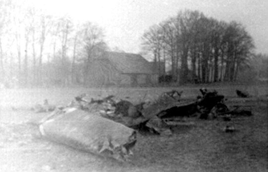 Szczątki Bf 110 pilotowanego najprawdopodobniej przez Uffz. Helmuta Mütschelego, który spadł na ziemię na własnym terenie 2 września 1939 r. W samolocie zginął strzelec pokładowy Gefr. Kurt Bluhm.