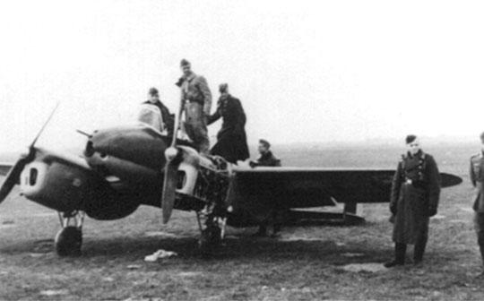 Zdobyty przez Niemców dwusilnikowy samolot szkolny PWS-33 Wyżeł z zaciekawieniem oglądany przez personel ZG 76.