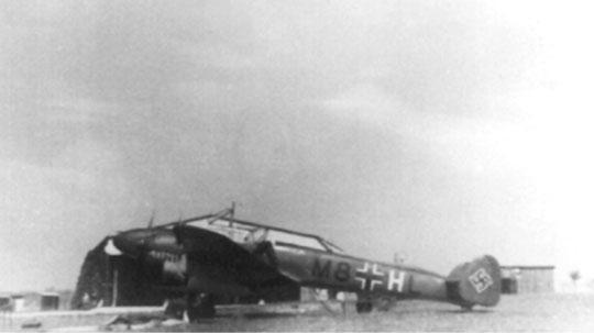 Tym razem na ziemi widzimy niszczyciel Bf 110B M8+HL z 3. Staffel.