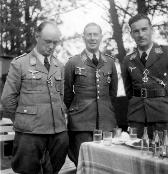 Hptm. Reinecke (w środku) oraz dowódcy eskadr Hptm. Pape (po lewej) i Olt. Gutmann (po prawej) otrzymali z rąk Göringa krzyże żelazne. Na zdjęciu brakuje Olt. Falcka, który eskortował Ju 52 z Generalfeldmarschallem na pokładzie do Wrocławia.