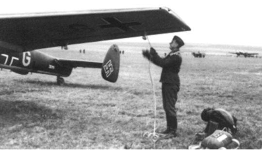 Niszczyciel Bf 110B M8+GL z 3. Staffel w trakcie przygotowania do kolejnego lotu bojowego.