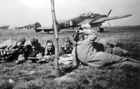Załogi 1. Staffel omawiają lot bojowy przed Bf 110 M8+GH pilota Ofw. Gerharda Herzoga.