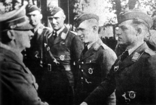 Wódz i kanclerz Rzeszy Adolf Hitler gratuluje lotnikom I./ZG 76 po słynnej bitwie z brytyjskimi bombowcami Wellington w rejonie wysp wschodniofryzyjskich.