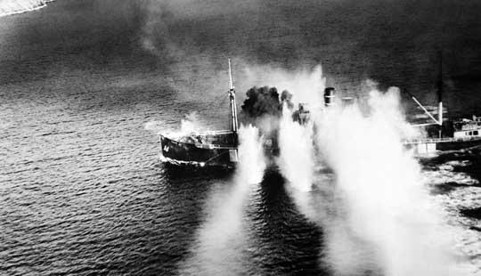 Frachtowiec Lynx niszczony ogniem działek pokładowych i rakietami; Stavfjorden; 19 września 1944 r.
