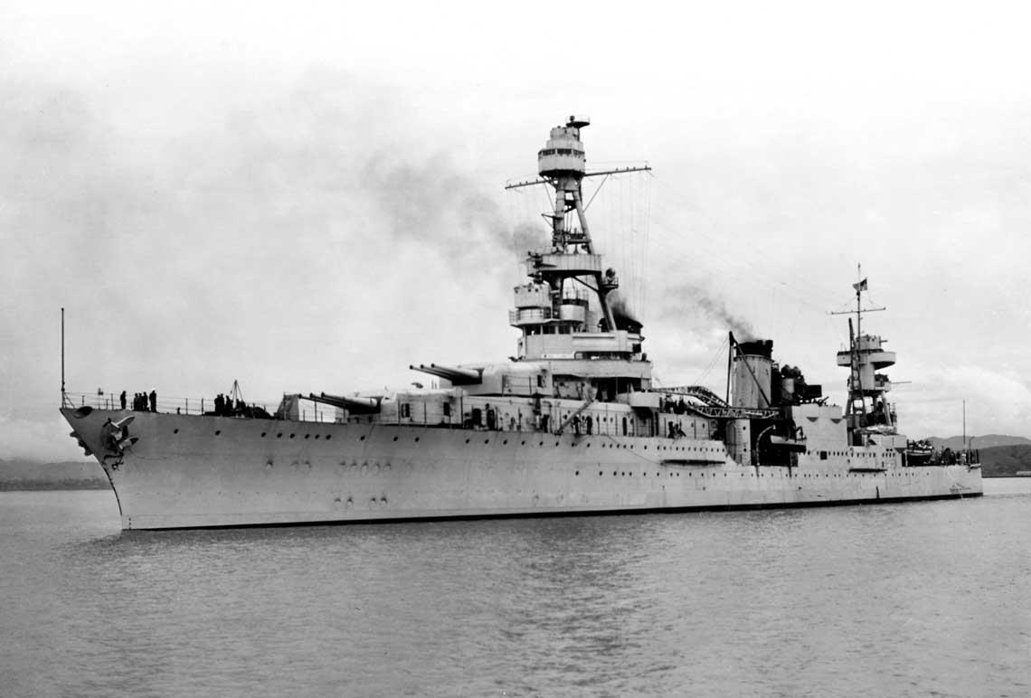 Krążownik Augusta na zdjęciu wykonanym 31 marca 1941r. Na okręcie zainstalowano już osłony dla stanowisk armat uniwersalnych kal. 127 mm oraz platformy dla pojedynczych armat przeciwlotniczych kal. 76 mm.