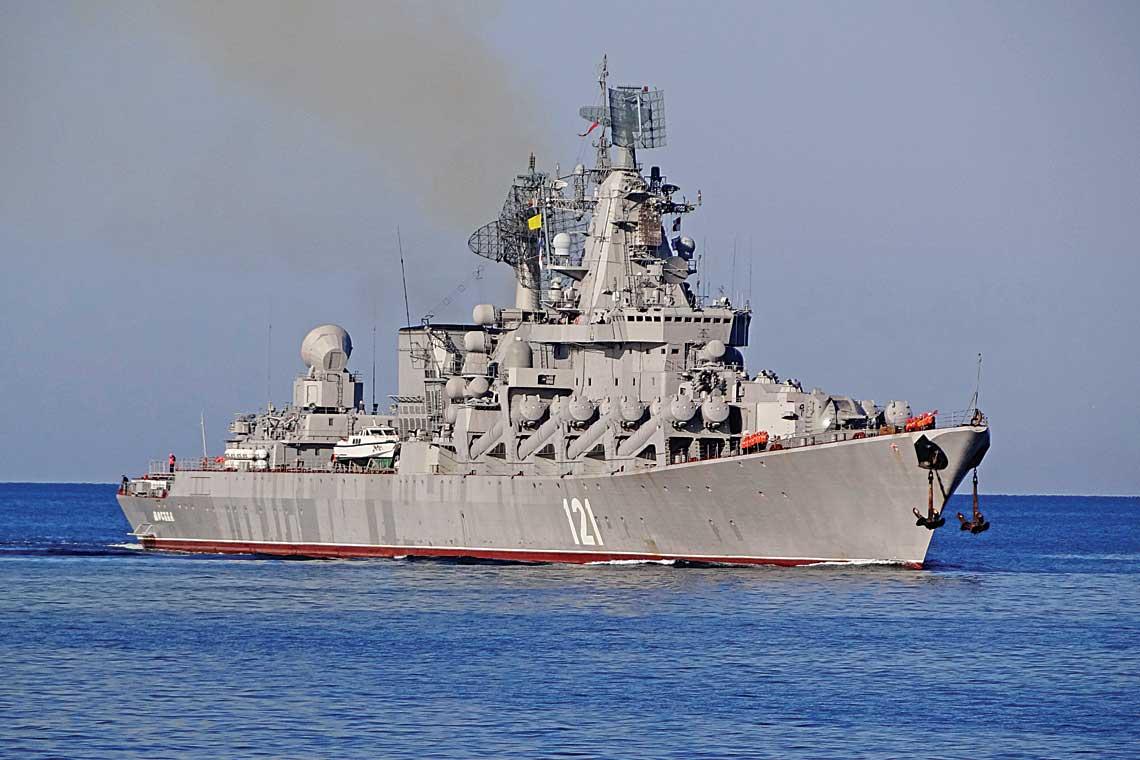 """Krążownik rakietowy Moskwa (eks-Sława), okręt flagowy Floty Czarnomorskiej FR, wygląd obecny. Wielkość jednostki, awszczególności """"bateria"""" wyrzutni rakiet systemu Bazalt, robią wrażenie na laikach, jednak jest tajemnicą poliszynela, że okręt, jak ijego systemy uzbrojenia projektowano do użycia wzupełnie innych od współczesnych realiach. Przy zastosowaniu dzisiejszych systemów obrony przeciwlotniczej, krążowniki projektu 1164 iich główne uzbrojenie, to dziś tylko """"papierowe tygrysy""""."""