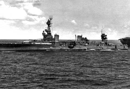 Northampton na zdjęciu z 16 października 1942 r. podczas prób holowania ciężko uszkodzonego lotniskowca Hornet w bitwie pod Santa Cruz.