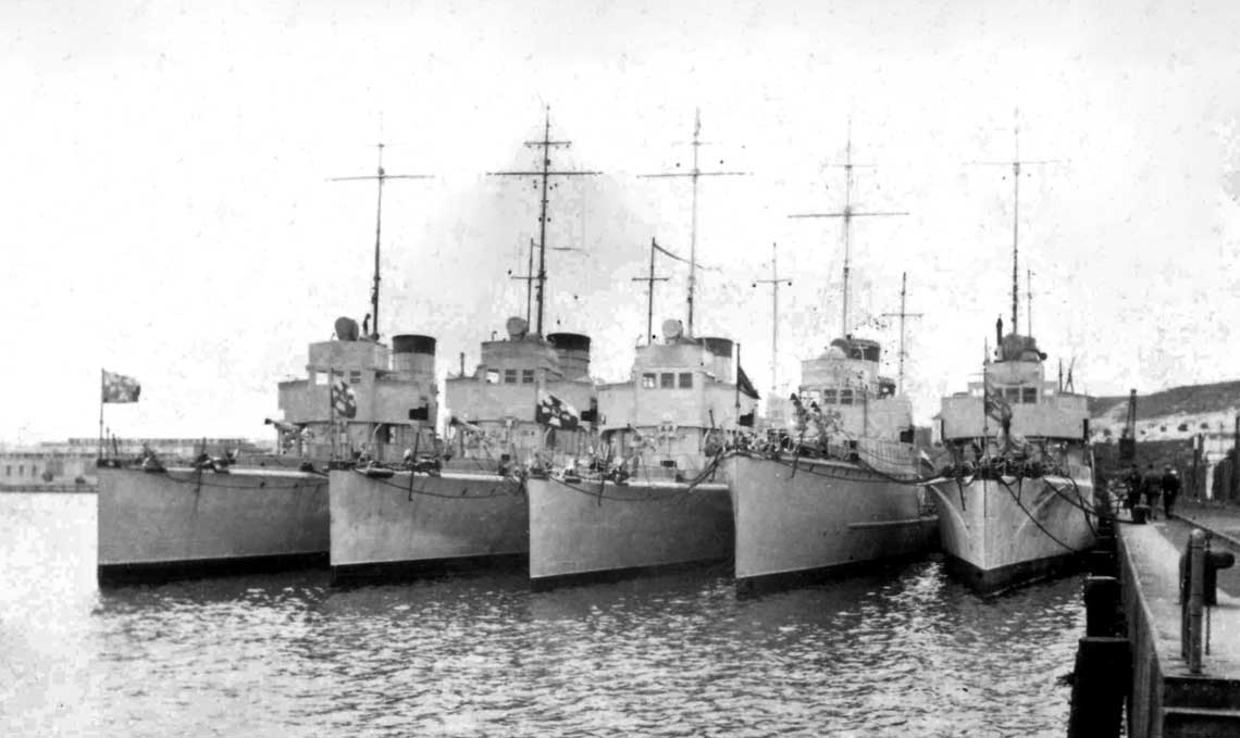Port Wojenny w Gdyni. Dywizjon Torpedowców w składzie: OORP Podhalanin, Krakowiak, Ślązak, Mazur i Kujawiak.
