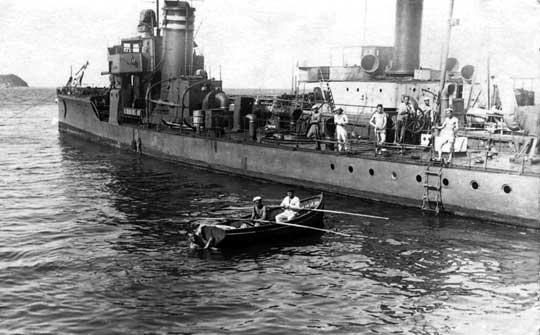 ORP Kujawiak, czyli eks-niemiecki torpedowiec A68 zbudowany w stoczni F.Schichaua w Elbingu (Elbląg). W kajzerowskiej służbie od 13 czerwca 1917r. Wchodził w skład serii 12 torpedowców A68 – A79. Na kominie widać dwa pasy szybkiej identyfikacji – ten sam układ zachowano na okręcie w latach służby w Polskiej Marynarce Wojennej.