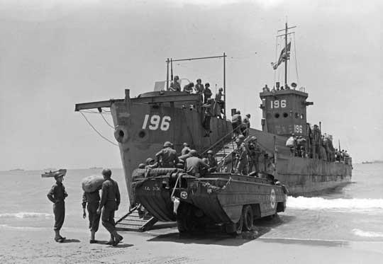 Okręt desantowy LCI(L)-196 i amfibia DUKW na plaży w Scoglitti; 11 lipca 1943 r.
