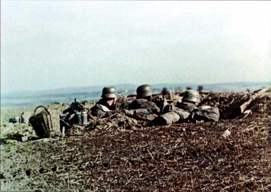 Uzbrojeni w ręczne granatniki przeciwpancerne Panzerfaust żołnierze 1. Dywizji Morskiej nad Odrą. Kadr z niemieckiego filmu propagandowego.