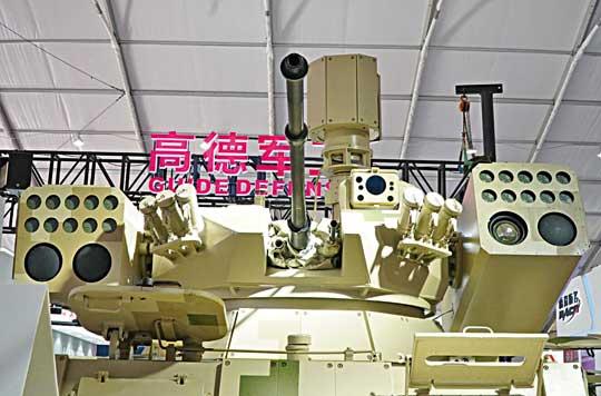 Uzbrojenie QN-506 w pełnej krasie. W centrum widoczne lufy 30 mm armaty i sprzężonego z nią 7,62 mm kaemu, po bokach – pojemniki-wyrzutnie pocisków rakietowych QN-201 i QN-502C. Na stropie wieży umieszczono głowice celowniczo-obserwacyjne działonowego i dowódcy.