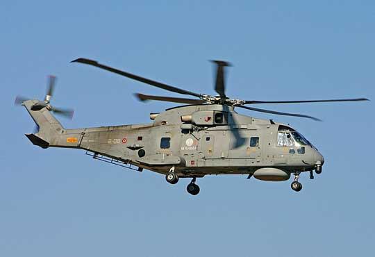 Jeden zdziewięciu SH-101 włoskiego lotnictwa morskiego, który został zintegrowany zkierowanymi pociskami przeciwokrętowymi MBDA Marte Mk.2/S.  Fot. Riccardo  Braccini.