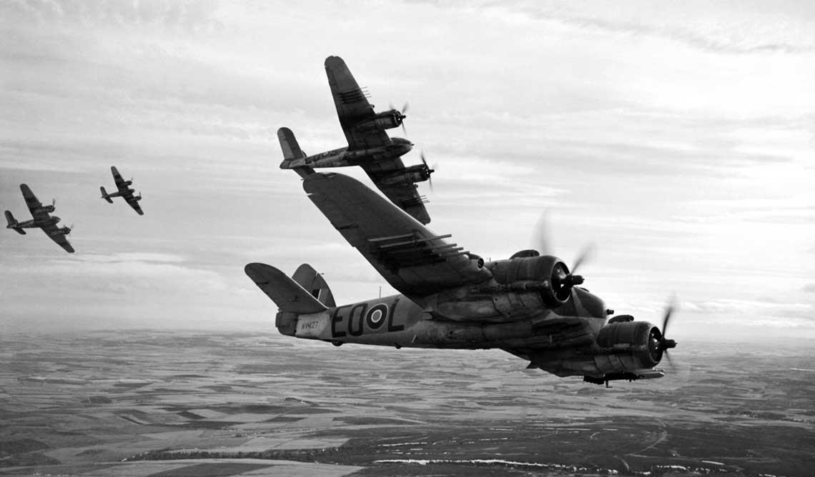 Samoloty Beaufighter TF Mk X z 404. Sqn RCAF (kanadyjskiego) w trakcie formowania ugrupowania bojowego nad swoją bazą w Dallachy.