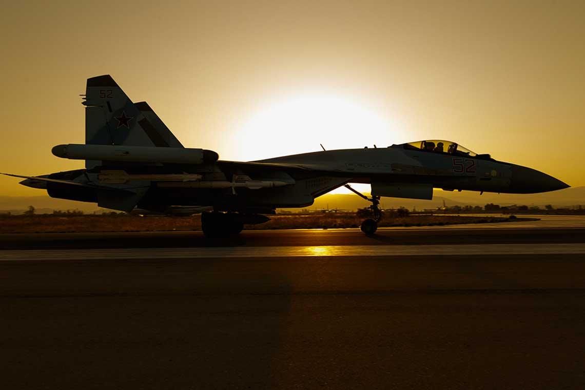 Rosyjski samolot myśliwski Su-35S zczerwonym numerem bocznym 52 sfotografowany w czasie wykonywania zadania bojowego z syryjskiej bazy lotniczej Chmejmim. Zachodnie zdjęcia satelitarne Chmejmim potwierdzają, że w bazie stale stacjonowały cztery myśliwce tego typu.