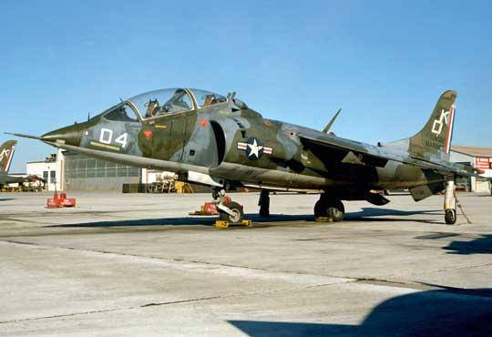 """Dwumiejscowy samolot TAV-8A z dywizjonu szkolnego VMAT-203 """"Hawks"""" (zdjęcie zostało zrobione 1 grudnia 1978 r.)."""