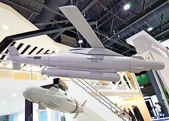 Poza podstawowymi wersjami bomb Thunder-P31/32 firma Halcon Systems pokazała także makietę bomby kierowanej o wydłużonym zasięgu Thunder-P32 Long Range.