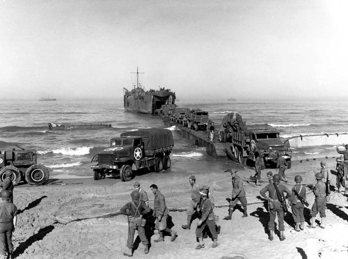 Rozładunek ciężarówek z okrętu desantowego USS LST-336 na przyczółku pod Gelą. Na pierwszym planie widoczni wszędobylscy włoscy jeńcy.