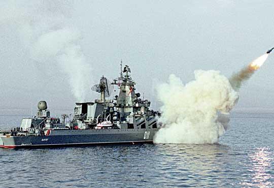 """Wariag (eks-Czerwona Ukraina) odpala pocisk przeciwokretowy 4K80 systemu P-500 Bazalt, zasadniczego oręża """"zabójców lotniskowców"""". Według niektórych opracowań Wariaga uzbrojono w nowszy system P-1000 Wulkan."""