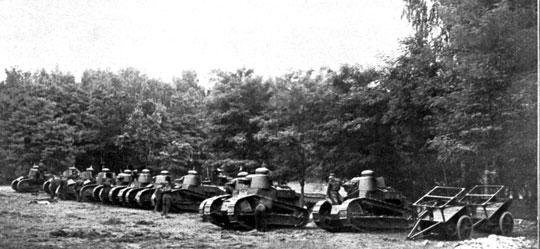 Ćwiczenia Szkoły Czołgów i Samochodów napo- ligonie w podwarszawskim Rembertowie. Sierpień 1927 r.