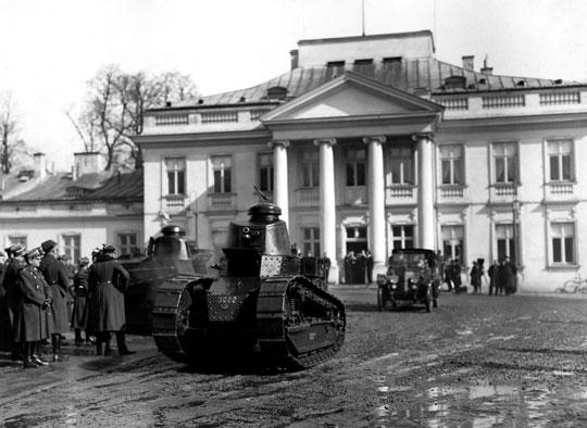 Sztafeta 1. Pułku Czołgów opuszcza dziedziniec Belwederu po złożeniu Józefowi Piłsudskiemu życzeń imieninowych. Warszawa, 19 marca 1929 roku. Na pierwszym planie czołg Renault FT (uzbrojony w armatkę 37 mm) z widocznym znakiem CWS. W tle widoczny wóz z karabinem maszynowym.