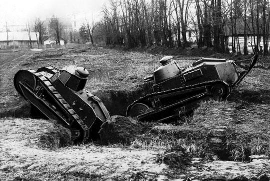 Czołgi Renault FT podczas ćwiczeń 1.batalionu pancernego z Poznania. Listopad 1927 r. Widoczne dwa rodzaje wieżyczek.