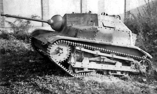 Kolejny częściowo rozpoznany czołg TKS z najcięższym karabinem maszynowym sfotografowany kilkakrotnie na terenie jednego z folwarków będącego miejscem postoju niemieckiej jednostki pancernej.