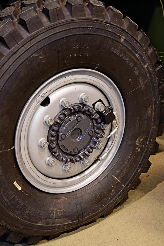 CKPEiRT został wyposażony w unikatowy dla pojazdów Scanii, system centralnej regulacji ciśnienia woponach zprzewodami rozmieszczonymi wewnątrz mostów układu zawieszenia. Powstał on siłami konstruktorów zSKB Drive Tech S.A. iRosomak S.A.