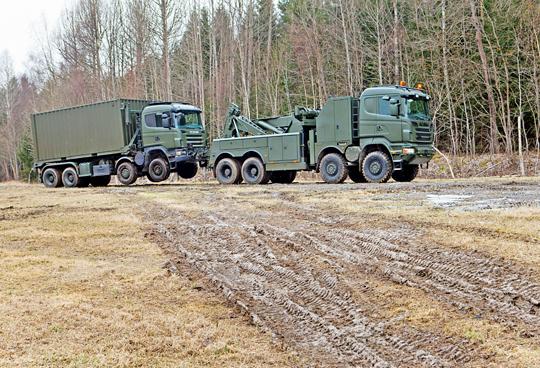 """Pojazd ewakuacyjny Scania R730 8×8 Recovery wwykonaniu militarnym. Mimo podobieństwa do CKPEiRT, to jednak zupełnie inna konstrukcja, bliska cywilnym """"wreckerom"""". Samochód ten ma m.in. układ CPK zzewnętrznym poprowadzeniem przewodów."""