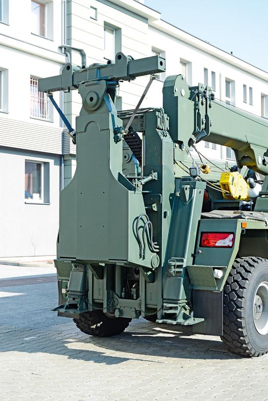 Jednym zgłównych elementów wyposażenia specjalistycznego CKPEiRT jest urządzenie podnosząco-holownicze Cargotec Poland onapędzie hydraulicznym imaksymalnym technicznym udźwigu 15 T przy wysięgu minimalnym oraz udźwigu maksymalnym 12 T przy wysięgu maksymalnym.