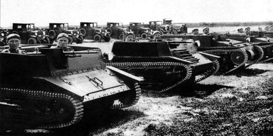 Prototypowe polskie tankietki (od lewej) TK-2 i TK-1 oraz zakupione do prób brytyjskie Carden-Loyd Mk VI zezmodyfikowanym zawieszeniem i oryginalny pojazd tego typu; prawdopodobnie 1930 r.