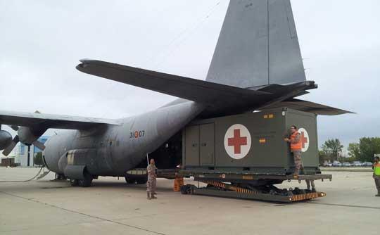 Załadunek kontenera medycznego do hiszpańskiego C-130. Pod rampą widoczny tzw. milk stool zapobiegający podnoszeniu przedniej części samolotu. Fot. Siły Powietrzne Hiszpanii