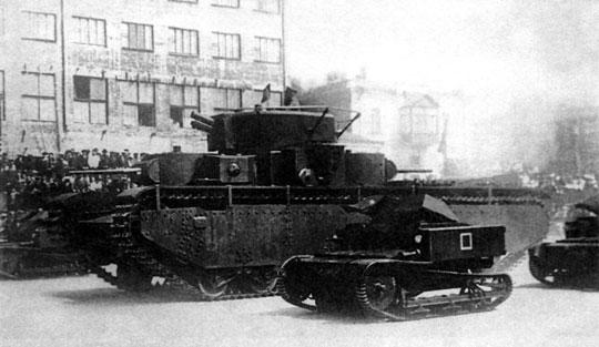Sowiecki czołg ciężki T-35 w otoczeniu tankietek (bezwieżowych czołgów lekkich) T-27. Zastąpione przez pływające czołgi rozpoznawcze T-37 i T-38 z uzbrojeniem umieszczonym w obrotowej wieży.
