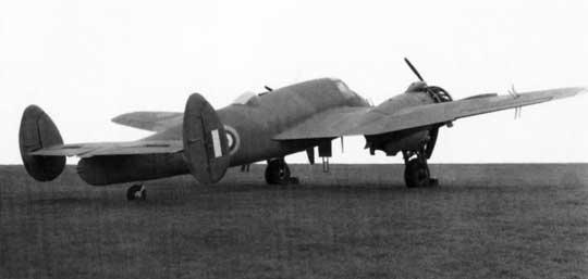 Poszukując dróg poprawienia stateczności kierunkowej samolotu myśliwskiego Beaufighter, na jednym zjego egzemplarzy do prób (R2288) testowano również podwójne usterzenie pionowe.