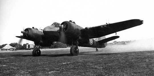 """Myśliwiec nocny Beaufighter VIF wyposażony w celownik radiolokacyjny """"powietrze-powietrze"""" AI Mk IV, zantenami nadawczymi i odbiorczymi rozmieszczonymi na przodzie kadłuba i skrzydłach."""