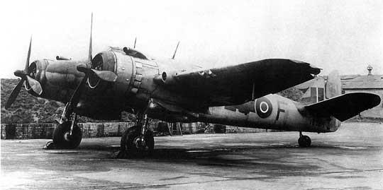 """Myśliwiec nocny Beaufighter VIF wyposażony w celownik radiolokacyjny """"powietrze-powietrze"""" AI Mk VIII, zparaboliczną anteną rozmieszczoną pod dielektryczną osłoną na przodzie kadłuba."""